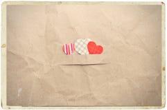 Coeurs sur le papier chiffonné Photo stock