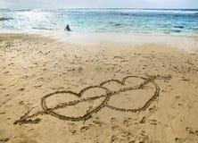 Coeurs sur le sable près de l'océan Photo stock