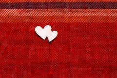 Coeurs sur le tissu texturisé au jour de valentines Photos libres de droits