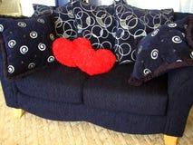Coeurs sur Loveseat Photos stock