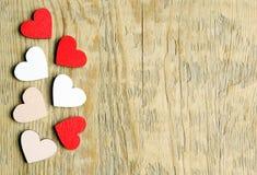 Coeurs sur un fond en bois Symbole de coeurs de l'amour Photos stock
