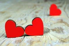 Coeurs sur un fond en bois Symbole de coeurs de l'amour Image stock