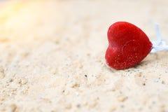 Coeurs sur une plage ensoleillée arénacée avec un fond brouillé photos libres de droits