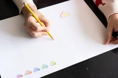 Coeurs tirés sur le livre blanc Crayons pour le dessin Jour du `s de Valentine Vert image libre de droits
