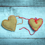 Coeurs tricotés colorés sur les conseils bleu-clair Photo stock