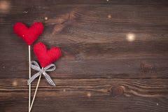 Coeurs tricotés d'amour sur un fond en bois, concept de carte postale de jour de valentines Images libres de droits