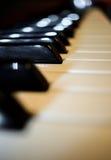 Cofać się w dystansową czarny i biały fortepianową klawiaturę z pięknymi łatami odbijający światło Obraz Royalty Free