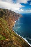 Cofać się w dystansowego skalistego oceanu wybrzeże Fotografia Stock