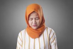 Cofa się Przygnębionej Zmartwionej Muzułmańskiej kobiety zdjęcie royalty free