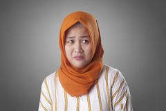 Cofa się Przygnębionej Zmartwionej Muzułmańskiej kobiety fotografia stock