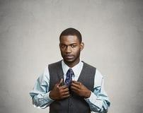 Cofa się, społecznie niezręczny biznesowy mężczyzna fotografia royalty free