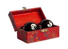 Cofanetto cinese con le sfere di yan del yin Immagini Stock