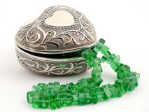 Cofanetto con la collana verde smeraldo Fotografie Stock Libere da Diritti