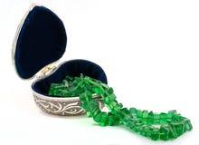 Cofanetto con la collana verde smeraldo Fotografia Stock Libera da Diritti