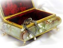 Cofanetto da onyx nel telaio dell'oro fotografia stock libera da diritti