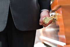 Cofanetto di trasporto del portatore della bara al funerale Fotografia Stock