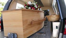 Cofanetto variopinto in una saettia o cappella prima del funerale o della sepoltura al cimitero fotografie stock libere da diritti