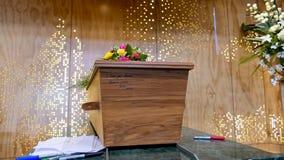 Cofanetto variopinto in una saettia o cappella prima del funerale o della sepoltura al cimitero immagini stock libere da diritti