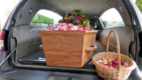 Cofanetto variopinto in una saettia o cappella prima del funerale o della sepoltura al cimitero fotografia stock