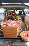 Cofanetto variopinto in una saettia o cappella prima del funerale o della sepoltura al cimitero immagine stock libera da diritti