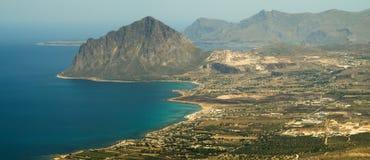 Cofano登上和第勒尼安海岸线看法从埃里切 免版税库存照片