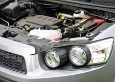 Cofano e motore, pila secondaria di un'automobile Fotografie Stock Libere da Diritti