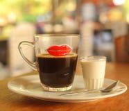 Cofe asiático con la leche servida en la tabla Imagenes de archivo