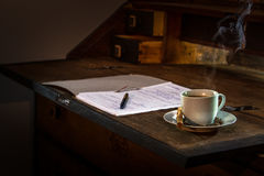 Cofee和纸在木桌上 库存图片