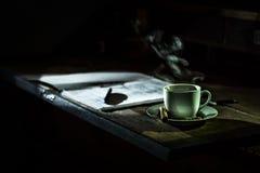 Cofee和纸在木桌上 免版税库存图片