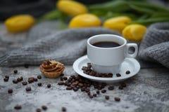 Cofee和黄色郁金香 免版税库存照片