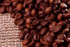 Cofee-Bohnen auf Leinwand Stockbilder
