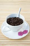 Cofee Bohnen in einem weißen Cup Stockfoto