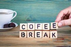 Cofee-Bruch Hölzerne Buchstaben auf dem informativen und der Kommunikation Hintergrund des Schreibtischs, lizenzfreies stockbild