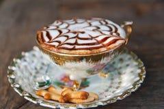 Cofee Cup auf hölzerner Tabelle lizenzfreies stockbild