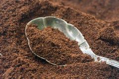 Cofee de tierra en la cuchara de plata Fotos de archivo