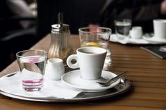 Cofee del café express, agua, jarro, azúcar en la tabla de madera Fotografía de archivo