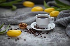 Cofee e tulipas amarelas Fotos de Stock
