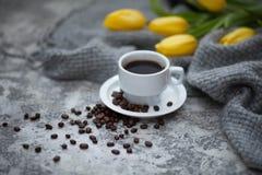 Cofee en gele tulpen Stock Foto