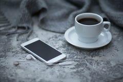Cofee en mobiele telefoon Royalty-vrije Stock Foto's