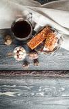 Cofee-Frühstückskost aus Getreide, Plätzchen, Nüsse, Trockenfrüchte und Mandarinen Stockbilder