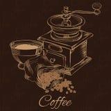 Cofee-Schleifer mit Tasse Kaffee und Bohnen Stockbild