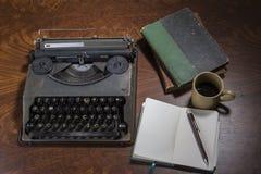 Cofee y cuaderno de la máquina de escribir Imagenes de archivo