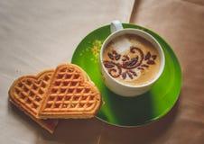 Coffe热奶咖啡用奶蛋烘饼 免版税库存图片