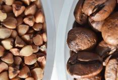 Coffe豆对碎荞麦片 免版税库存照片