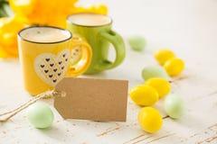 Coffe в зеленых и желтых чашках, тюльпанах Стоковые Фотографии RF