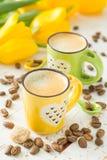 Coffe в зеленых и желтых чашках, тюльпанах Стоковые Изображения RF