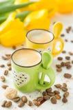 Coffe в зеленых и желтых чашках, тюльпанах Стоковое Изображение