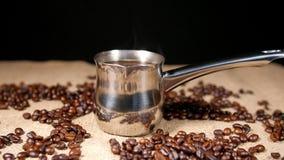 Coffe в Cezve и кофейных зернах на bagging 3 сток-видео