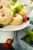 Coffe и свежие donuts Стоковые Изображения RF