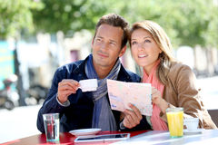Coffe причудливых пар выпивая в городке Стоковое фото RF
